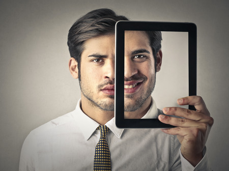visage homme: expression double