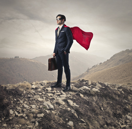 een superheld op de top van een berg