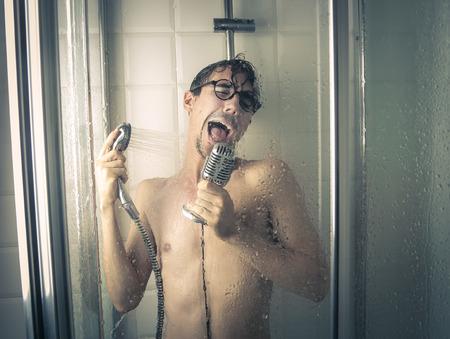 �tonnement: chanteur sous la douche Banque d'images