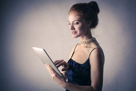 mujer elegante: Mujer elegante con una tableta