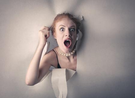 Surpris femme sortent de carton Banque d'images
