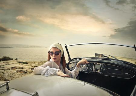 Mujer con clase en un coche de época