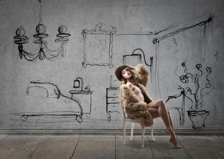 donna ricca: Donna di classe in una camera accogliente Archivio Fotografico