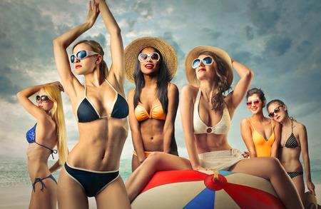 niñas en bikini: Grupo de muchachas en la playa Foto de archivo
