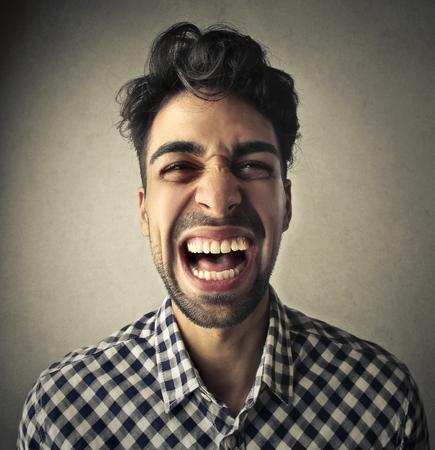 Man rire à haute voix