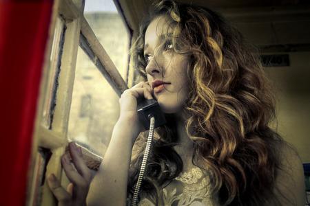 mujer llorando: Llamada telefónica