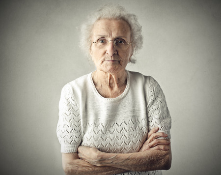 mujeres ancianas: Una abuela severa Foto de archivo