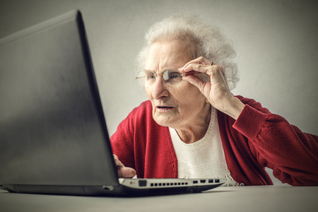 dama antigua: Anciana navegar por la Red Foto de archivo
