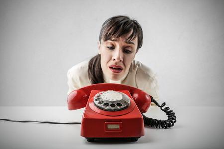 절망적 인 여자가 전화를 기다리고