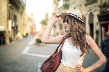Modieus meisje draagt een hoed