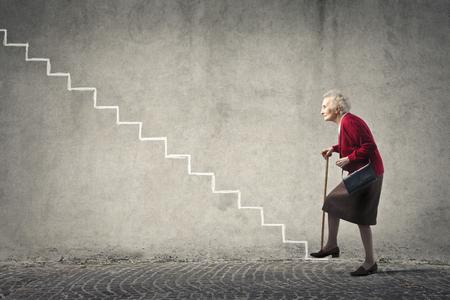 escalera: Anciana de subir las escaleras