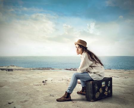 femme valise: En attendant que quelqu'un vienne Banque d'images