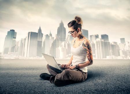 trabajando en computadora: Muchacha que trabaja en la computadora Foto de archivo