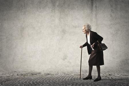 Bejaarde vrouw lopen Stockfoto