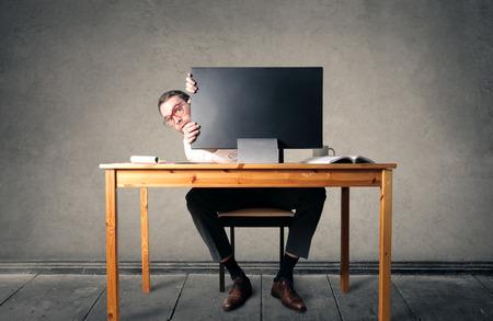 Hinter einem riesigen Bildschirm