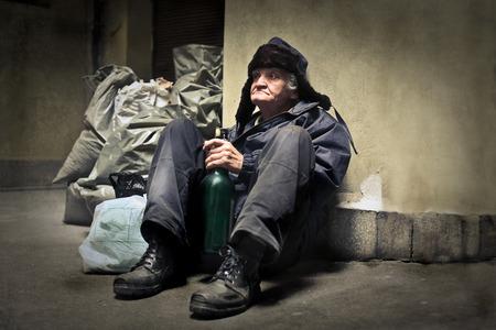 Bezdomny mężczyzna siedzi na ziemi Zdjęcie Seryjne
