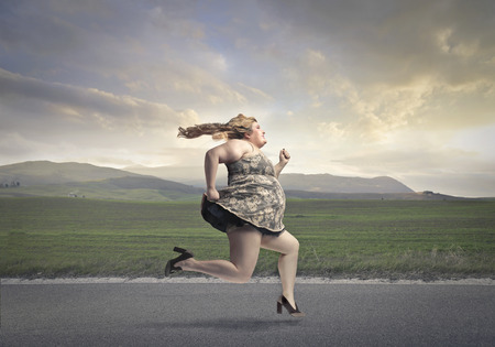 obeso: Mujer rechoncha que se ejecuta en el campo Foto de archivo