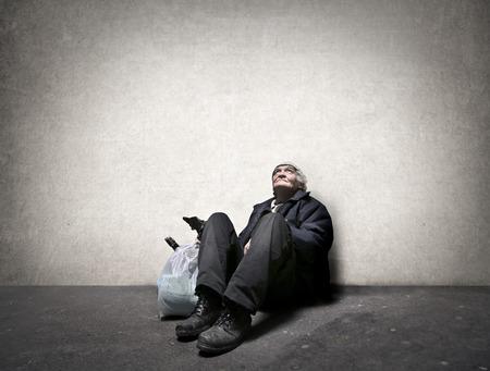 地面に座っているホームレスの男性