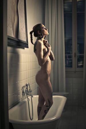desnudo de mujer: Chica de pie en el ba�o