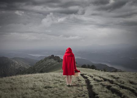 caperucita roja: Caperucita Roja caminando en un campo