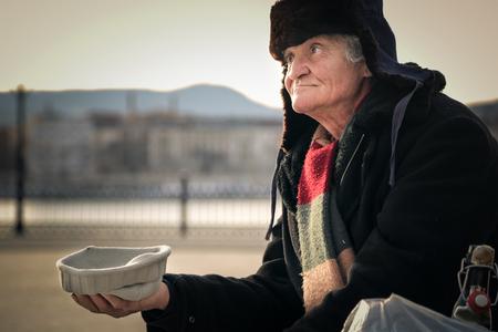 hombre pobre: Pobre hombre pidiendo dinero