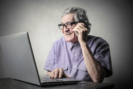 adulto mayor feliz: Tecnología  Foto de archivo