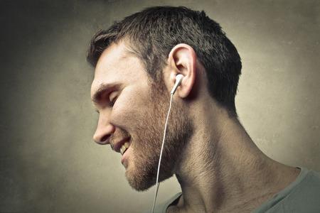 Musik hören Standard-Bild - 39841719