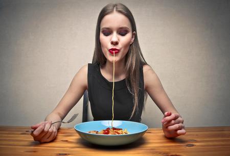 italienisches essen: Mädchen isst Nudeln