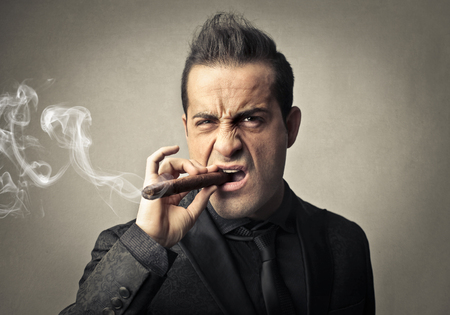 hombre fumando puro: Hombre fumando un cigarro Foto de archivo