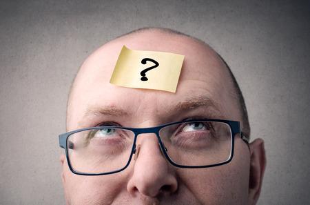 Homme d'affaires à poser des questions à lui-même Banque d'images