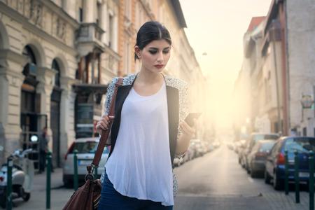 通りを歩いて女の子 写真素材