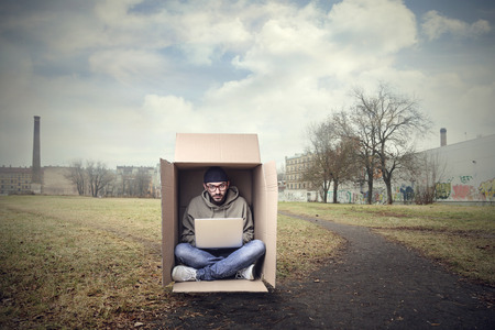 hombre pobre: Trabajar dentro de la caja