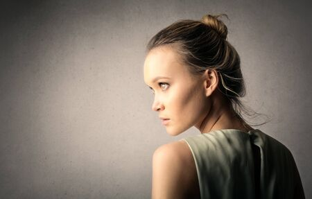 donne eleganti: Ragazza bionda staring di distanza