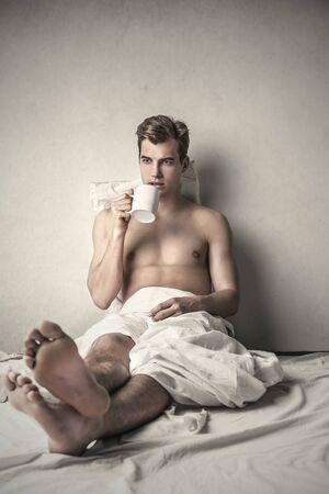 uomo nudo: Uomo che beve da una tazza