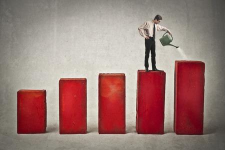 Zakenman water geven wat statistieken kolommen