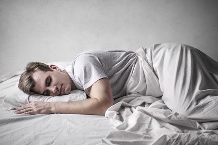 Junger Mann schlafen