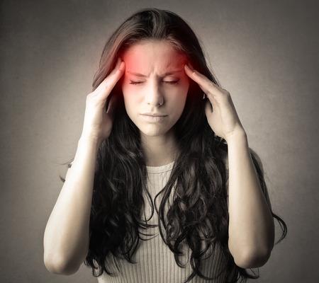 dolor de cabeza: Mujer que sufre de dolor de cabeza
