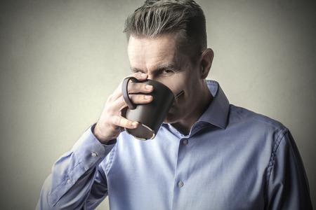 tomando café: Hombre beber una taza de café