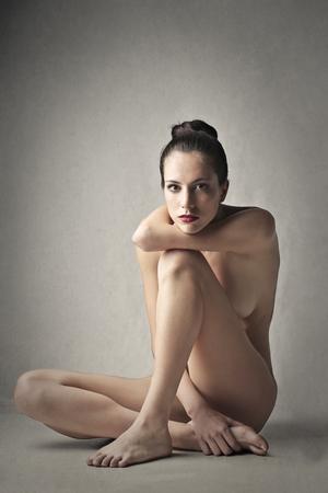 mujer desnuda: Mujer desnuda sentada en el suelo