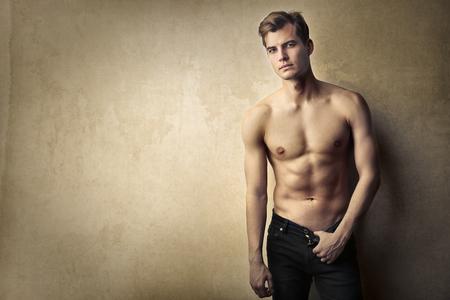 uomo nudo: Bello l'uomo in posa