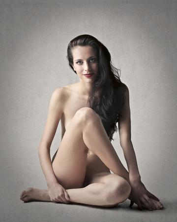 голая женщина сидит