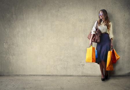 faire les courses: Femme portant des sacs Banque d'images
