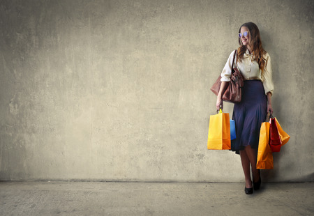 chicas de compras: Mujer llevando bolsas de compras Foto de archivo