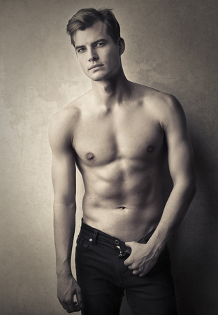 uomo nudo: Modello in posa per una foto