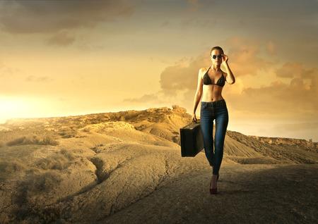 mujeres fashion: Modelo de caminar por un camino solitario en el campo