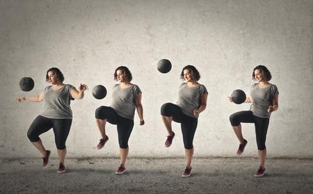 Chubby Frau, die versucht, um Gewicht verlieren durch das Training mit einem Ball