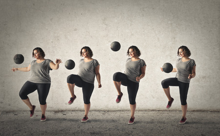 Mollige vrouw die probeert om gewicht verliezen door training met een bal Stockfoto
