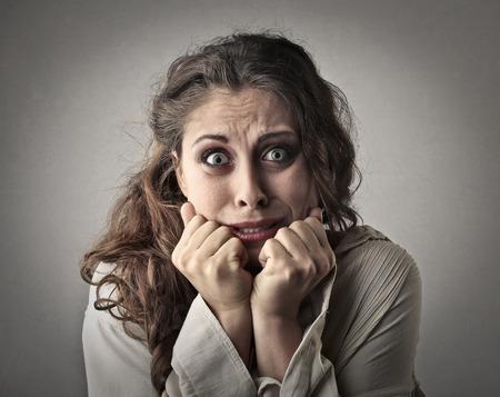 asustadotdo: Mujer asustada mirando directamente a la cámara Foto de archivo