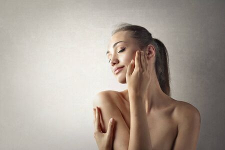 cuerpo femenino: Mujer joven acariciando su piel