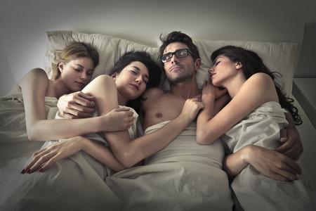 girl: Hombre que duerme con tres mujeres Foto de archivo